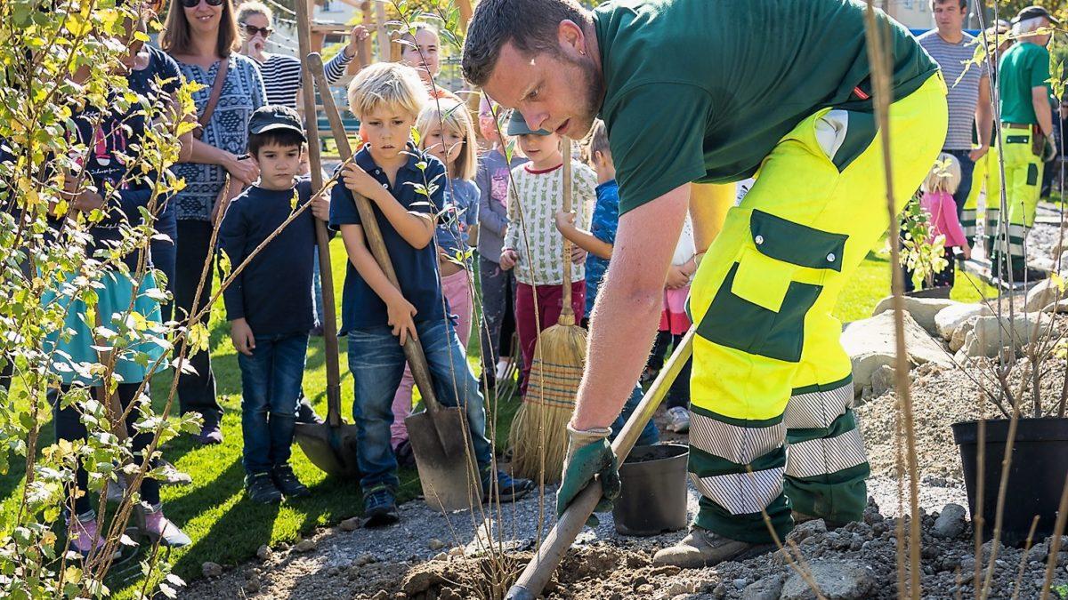 Quartierbevölkerung bepflanzt ihren neuen Spielplatz